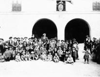 Grupo escolar en la plaza de Blancas