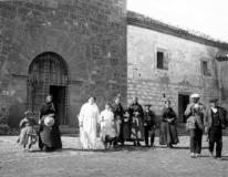 Dulzaineros en la puerta de la ermita. Blancas